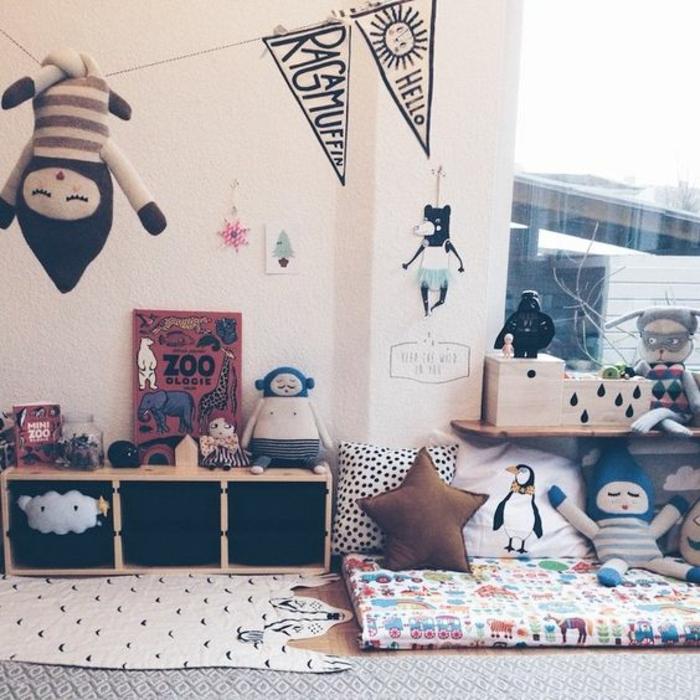 pédagogie montessori déco chambre, couleur mur blanc, tapis gris, matelas multicolore, coussins, jouets multicolores, rangement bas en bois