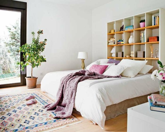 le nid douillet, plante verte, tapis multicolore, bibliothèque en bois, lampe de chevet
