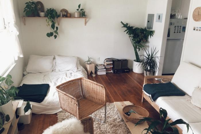 le nid douillet, chaise en panier, boho style, tapis en fausse fourrure, banc en bois