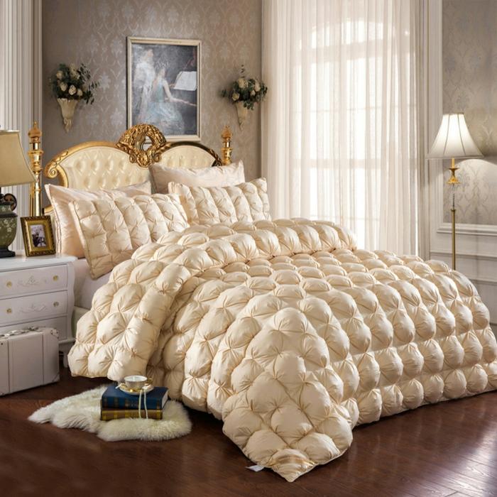 comment faire un lit au carré, parquet en bois, tapis moelleux, tête de lit dorée