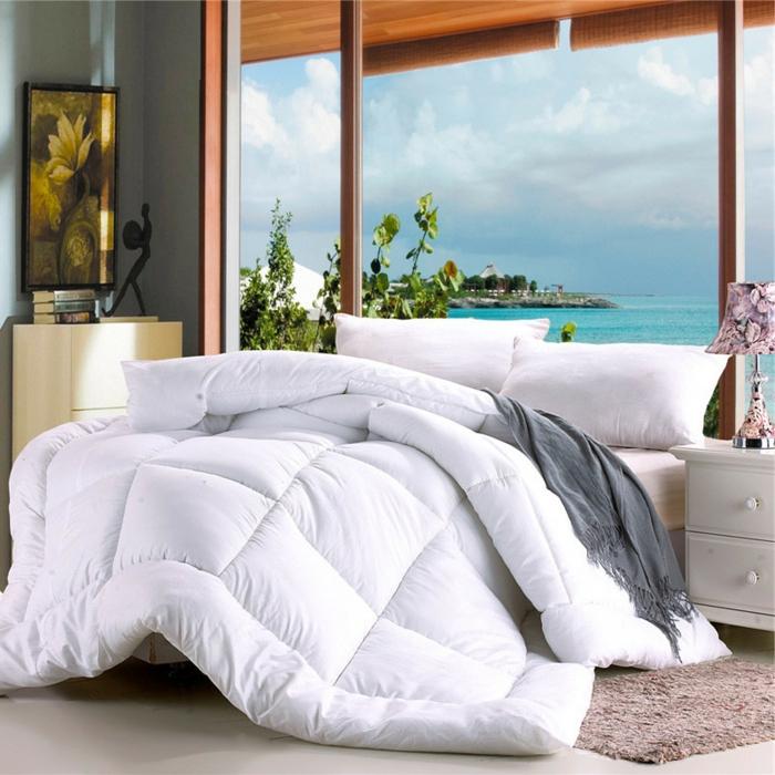 lit douillet, couverture de lit blanche, grande fenêtre, lampe de chevet rose