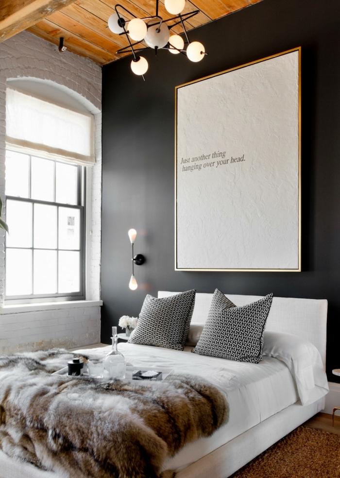 comment faire un lit au carré, tapis marron, plafond avec poutres en bois, murs noirs