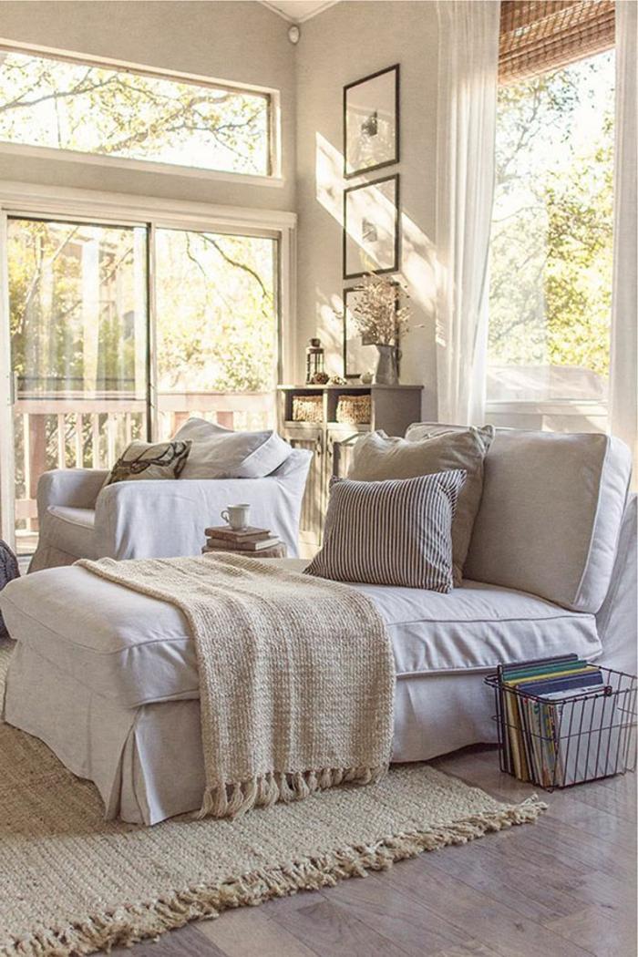 le nid douillet, tapis avec franges, parquet en bois, photos, grandes fenêtres
