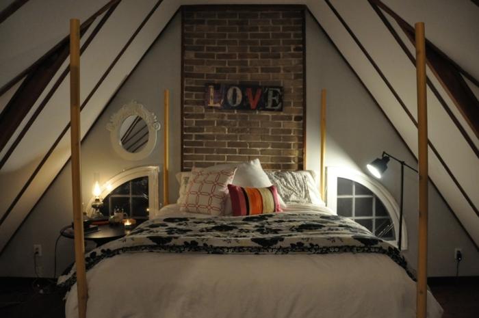 comment faire un lit au carré, plafond avec poutre en bois, miroir ovale, lampe de chevet