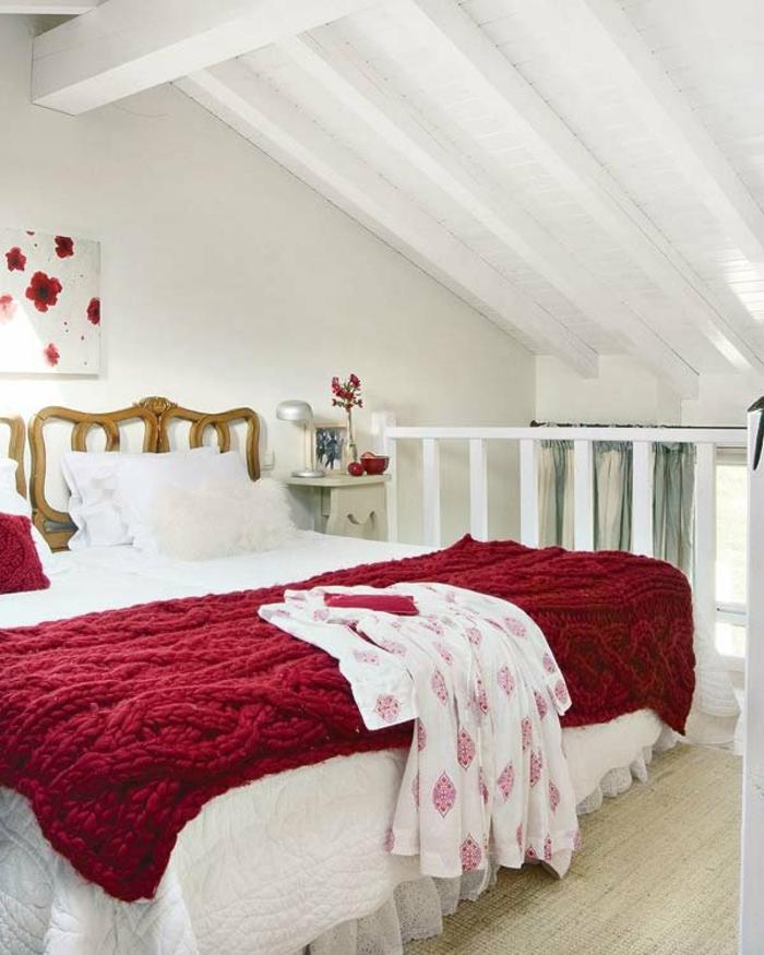 lit douillet, parquet en bois, plafond avec poutres en bois, plaid en crochet rouge