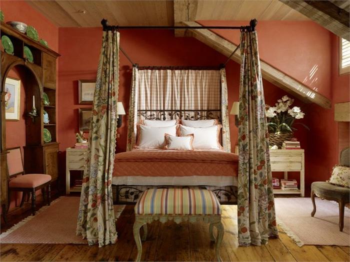comment faire un lit au carré, murs rouge, cadre de lit noir, rideaux longs