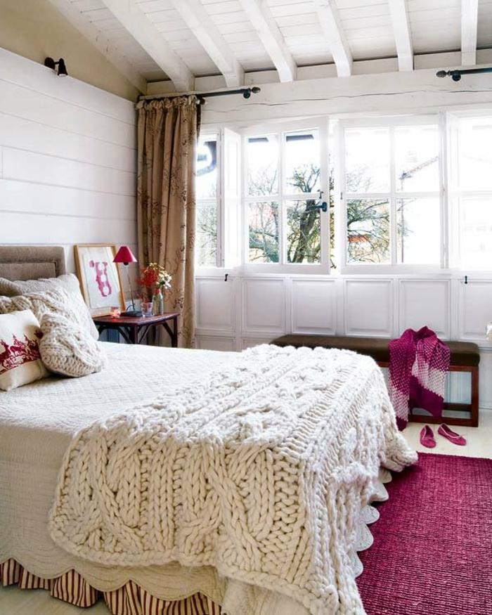 comment faire un lit au carré, plafond avec poutres en bois, plaid en crochet, tapis violette