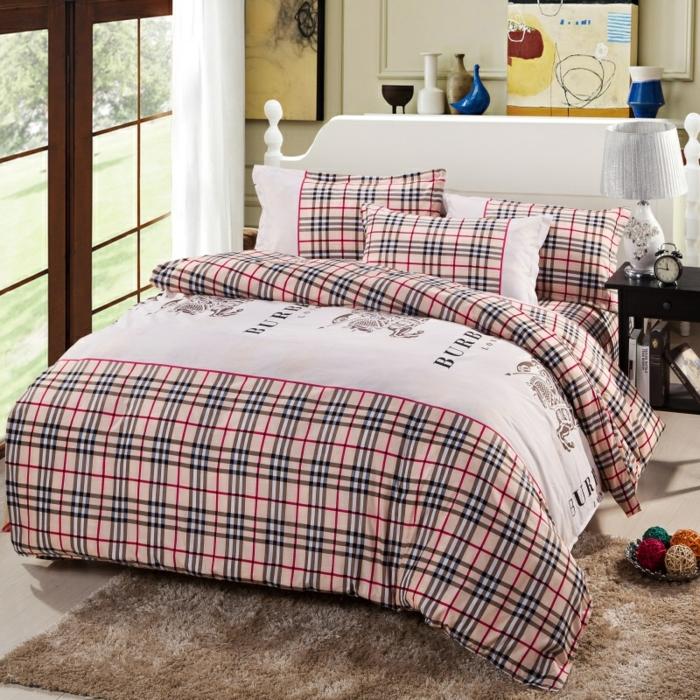 lit douillet, tapis moelleux, grande fenêtre, lampe de chevet, couverture de lit carrée