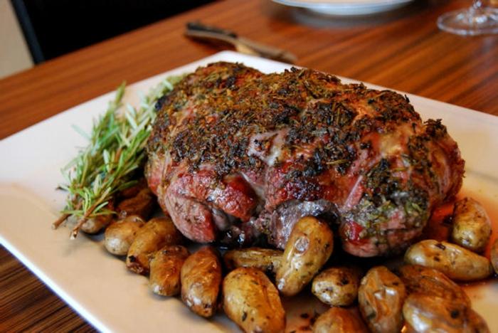 menu de paques, plat principal, gigot agneau aux fines herbes et épices, pommes de terre, accompagnement