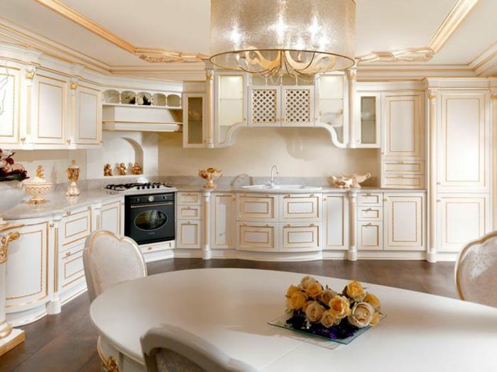 décoration baroque, plafond suspendu, cuisine blanche avec déco dorée, mobilier baroque