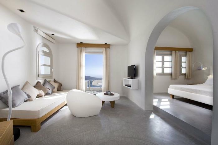 décoration grecque, porte vers la terrasse, volet blanc, lit surélevé, canapé en bois