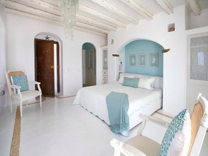 bleu grec turquoise, porte ancienne, arc, fauteuil blanc en bois, murs blanchis
