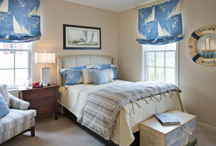 bleu grec, rideaux à motifs bateaux, lampe de chevet, armoire en bois, sol en marbre