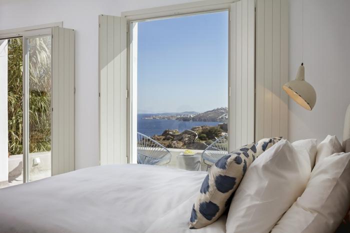 décoration grecque, grands volets en bois, vue sur la mer