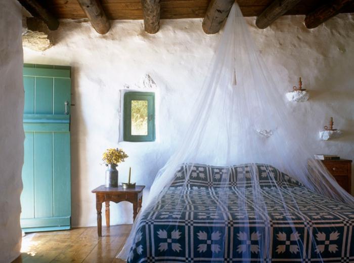 décoration grecque, plafond avec poutres en bois, murs blanchis, porte turquoise