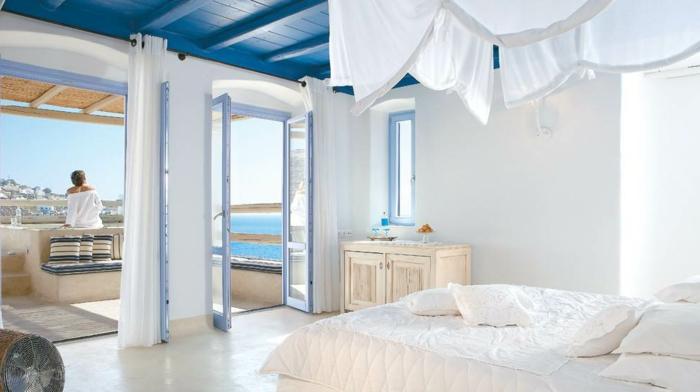 décoration grecque, portes vers la terrasse, fenêtre bleu clair, plafond avec poutres en bois