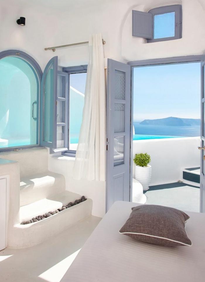 décoration grecque, volets à trois carreaux, murs blancs, vue sur la mer