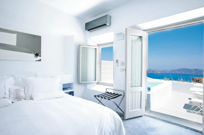 décoration grecque, porte vers la terrasse, vue sur la mer, murs blancs, volets en bois
