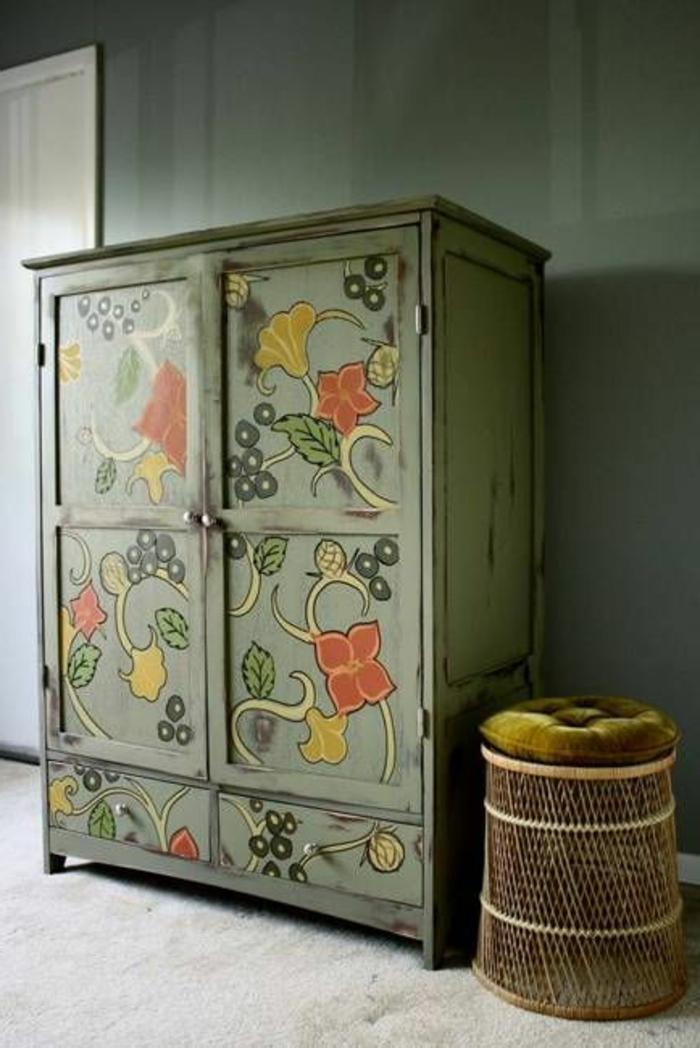 comment patiner un meuble, armoire verte pastel, dessin motifs floraux, mur couleur vert pastel, tapis blanc cassé