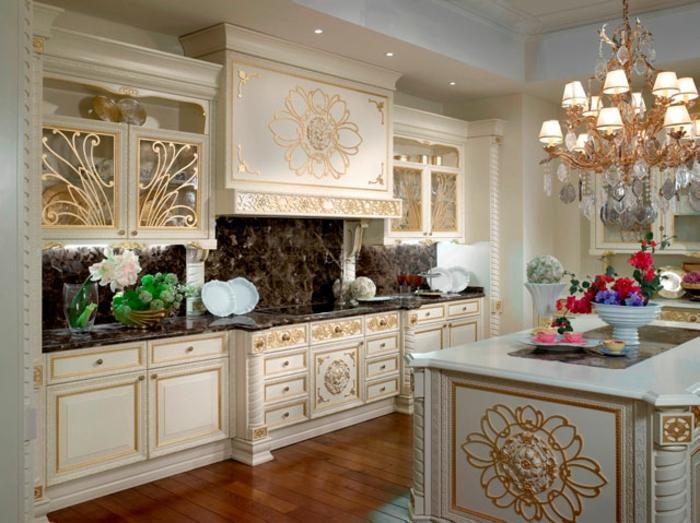 décoration baroque, parquet en bois, îlot centrale, lustre en cristaux, cuisine blanche à déco dorée