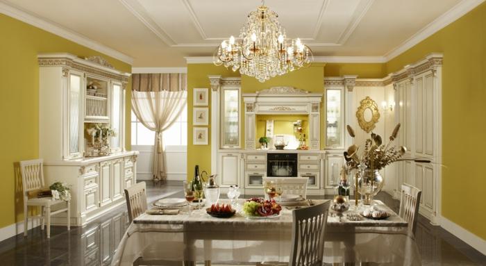 mobilier baroque, lustre en cristaux, plancher en marbre, rideaux longs, murs jaunes