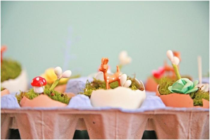 terrarium plantes miniatures, coquille oeuf remplie de mousse, herbe, petites figurines, idée activité manuelle printemps