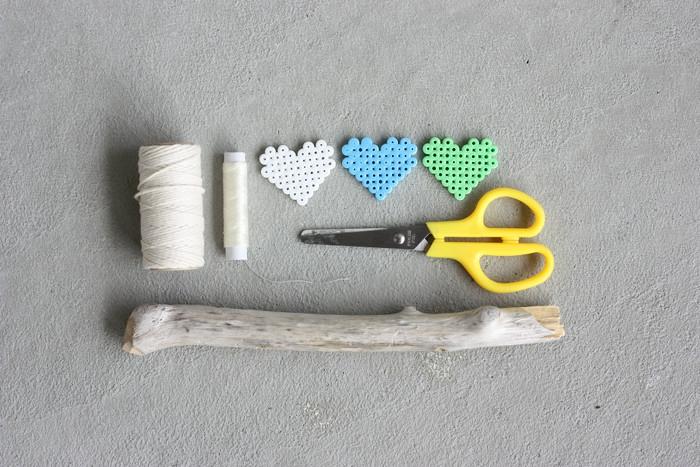 de simples matériaux nécessaires pour fabriquer un mobile bébé bois et perles