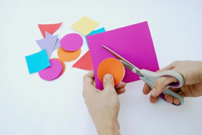 mobile pour bébé diy en papier à motifs géométriques