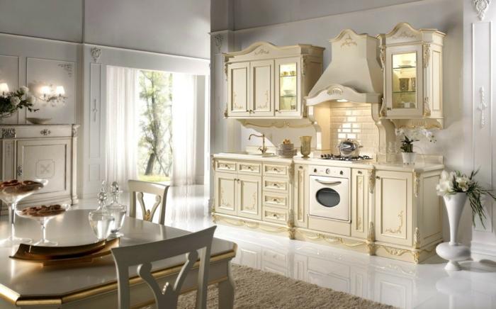 décoration baroque, meubles de charme, cuisine ouverte en écru, plafond blanc