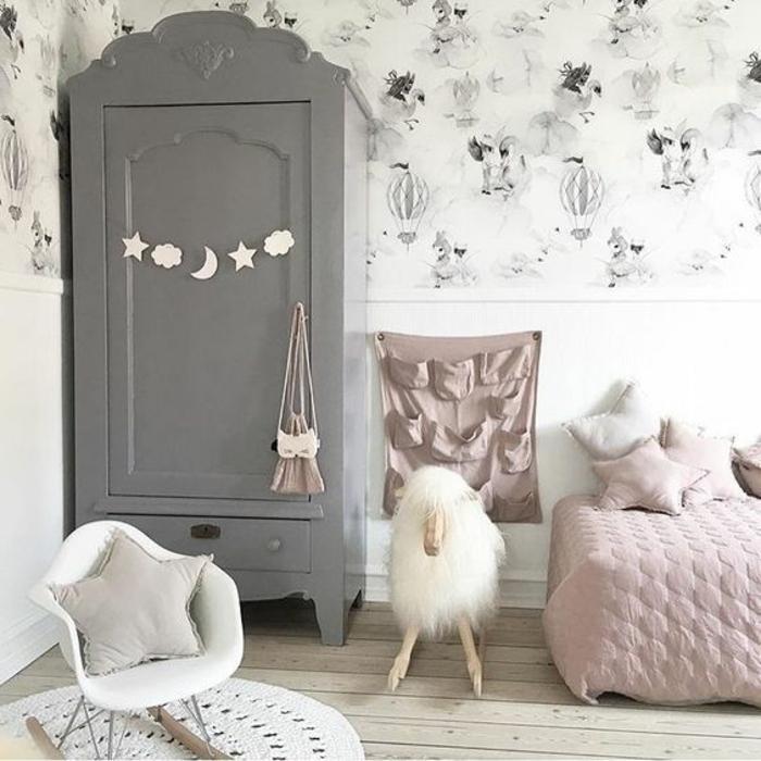 relooker armoire ancienne, repeindre un meuble en gris, déco chambre enfant fille, tapis rond blanc, chaise à bascule scandinave, parquet clair, linge de lit rose