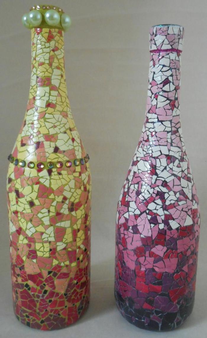 idée que faire avec des bouteilles en verre, des morceaux de coquille d oeuf colorés et collés sur une bouteille, mosaique multicolore, effet ombré