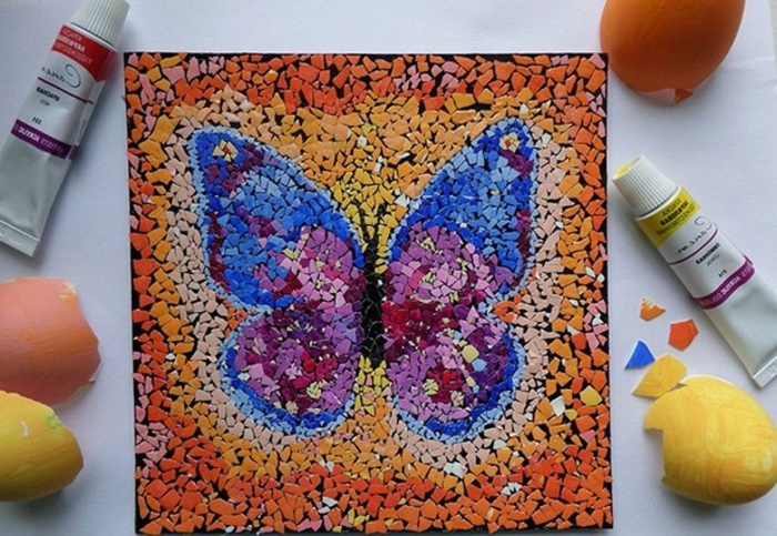 idée de projet créatif avec des coquilles d oeufs, coquille oeuf colorée et collée sur un panneau, art dessin papillon
