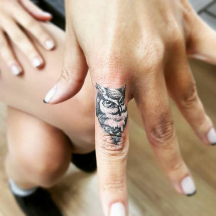 petit hibou tatoué sur le doigt, tatouage sur le doigt dans le style minimaliste