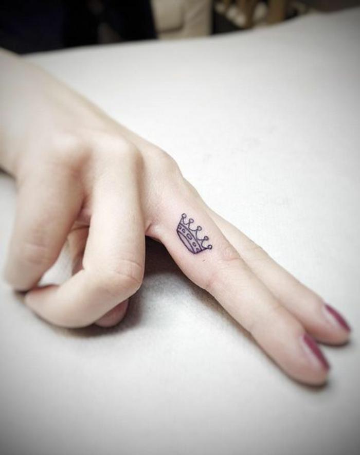 tatouage doigt femme à couronne de princesse, motif raffiné et féminin