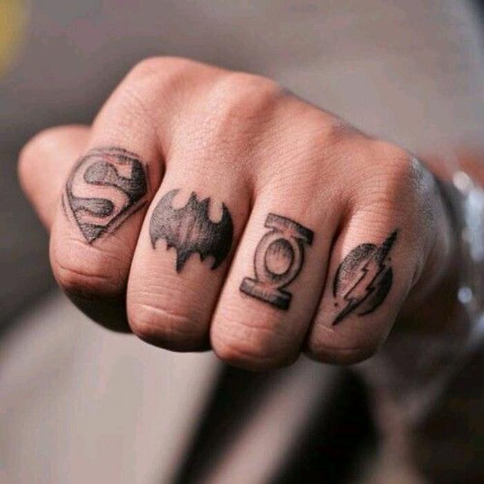 idée originale de tatouage sur main homme, tatouage geek inspiré des bandes dessinées