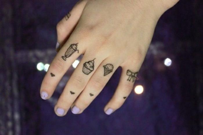 un tatouage main girly dans l'esprit minimaliste