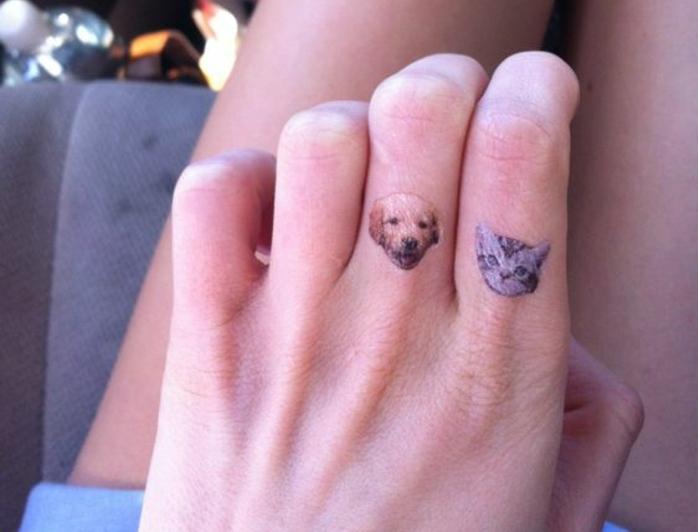 un tatouage sur le doigt original à tête de chat et de chien, tatouage coloré minimaliste