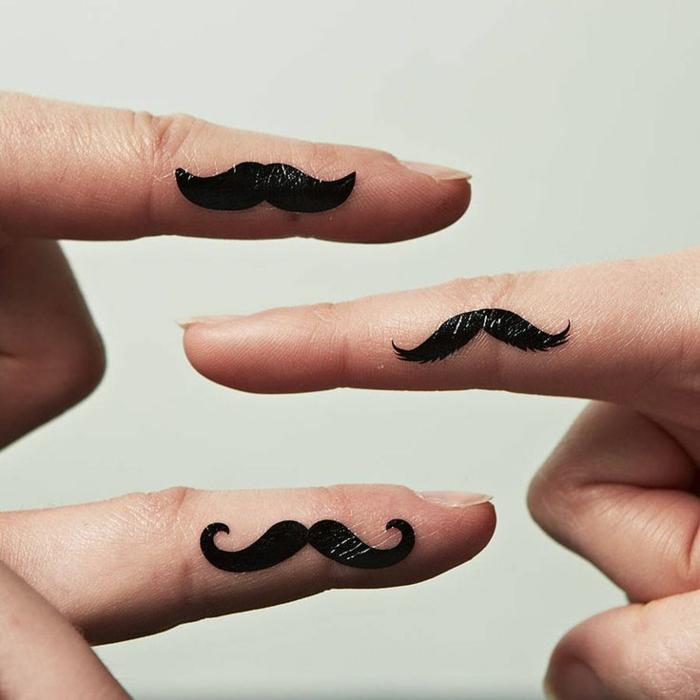 art de tatouage minimaliste, tatouage sur le doigt à moustache