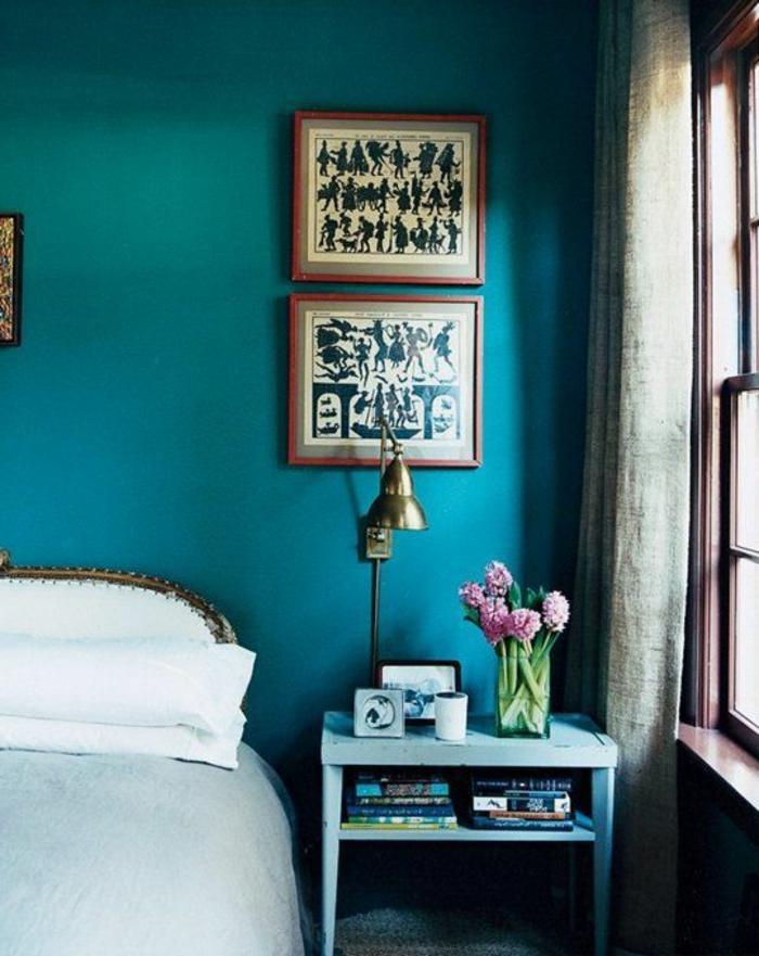 mur bleu canard, tête de lit baroque, chevet bleu, peintures en noir et blanc