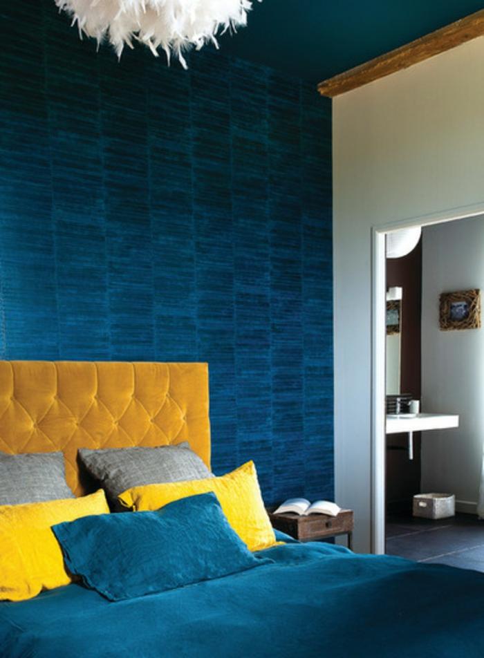 mur bleu canard, chambre à coucher en bleu et jaune, plafonnier plumes