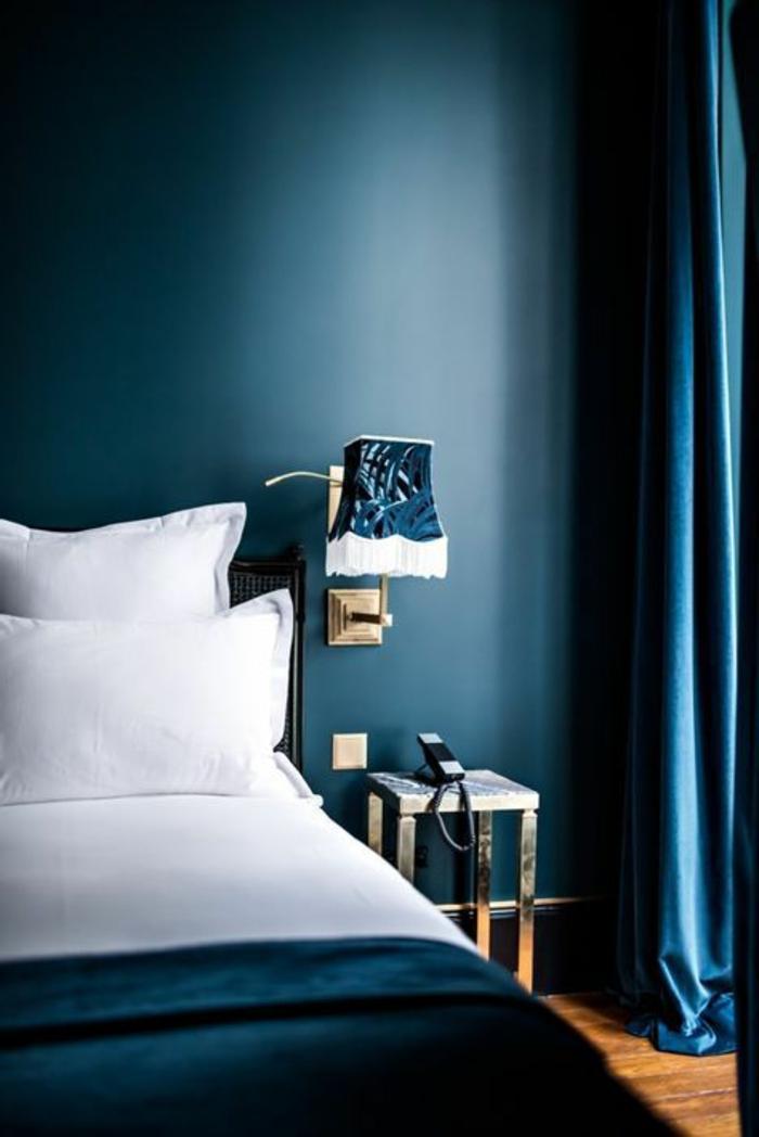 mur bleu canard, chambre à coucher bleue, rideaux bleus, lampe style ancien
