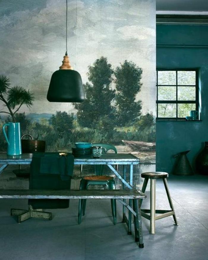 mur bleu canard, coin de déjeuner rustique avec une peinture paysagère au mur