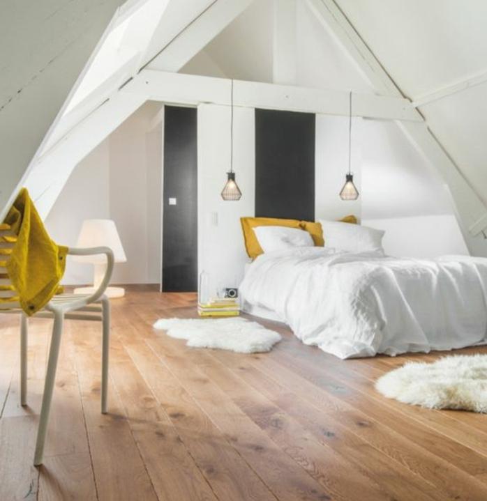 déco chambre sous pente, parquet clair, linge de lit blanc, chaise blanche, suspensions design, armoire sous pente, ambiance scandinave