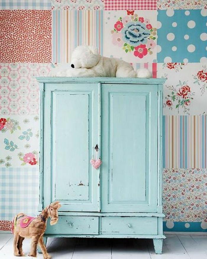 patiner un meuble, armoire ancienne couleur vert pastel, mur papier peint patchwork, jouets enfant, idée comment aménager une chambre enfant, parquet blanchi