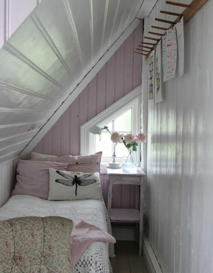 amenagement combles, mur couleur blanc, mur d acccent rose clair, coussins rose, couverture de lit blanche, fleurs, amenager comble