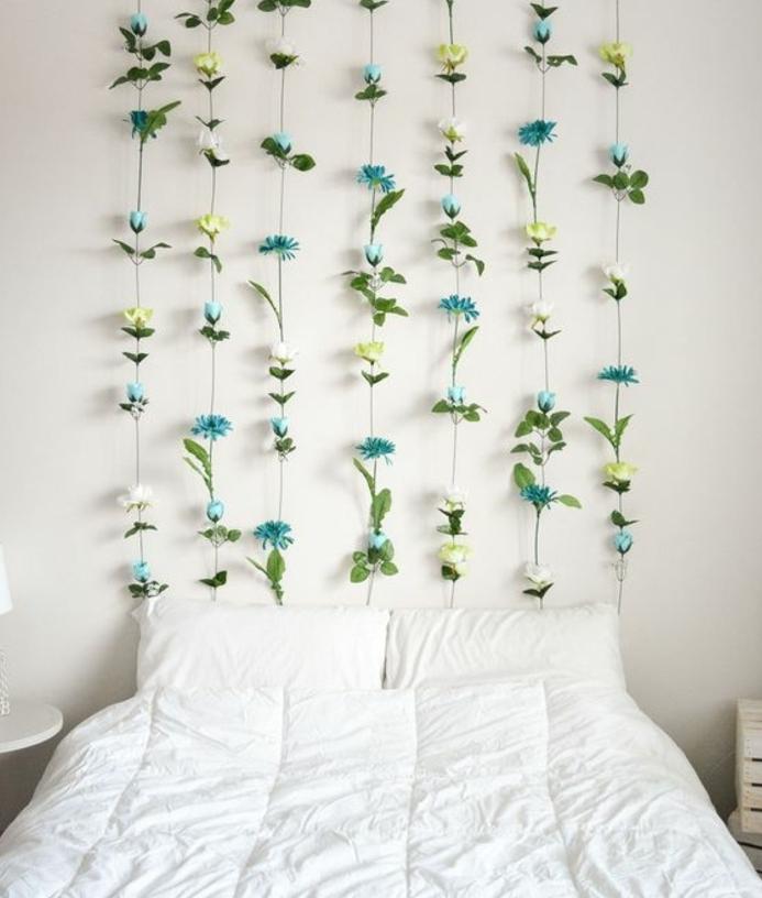 mur végétal, guirlande de fleurs bleues, linge de lit blanc, une tête de lit florale, décorer sa chambre, diy chambre ado