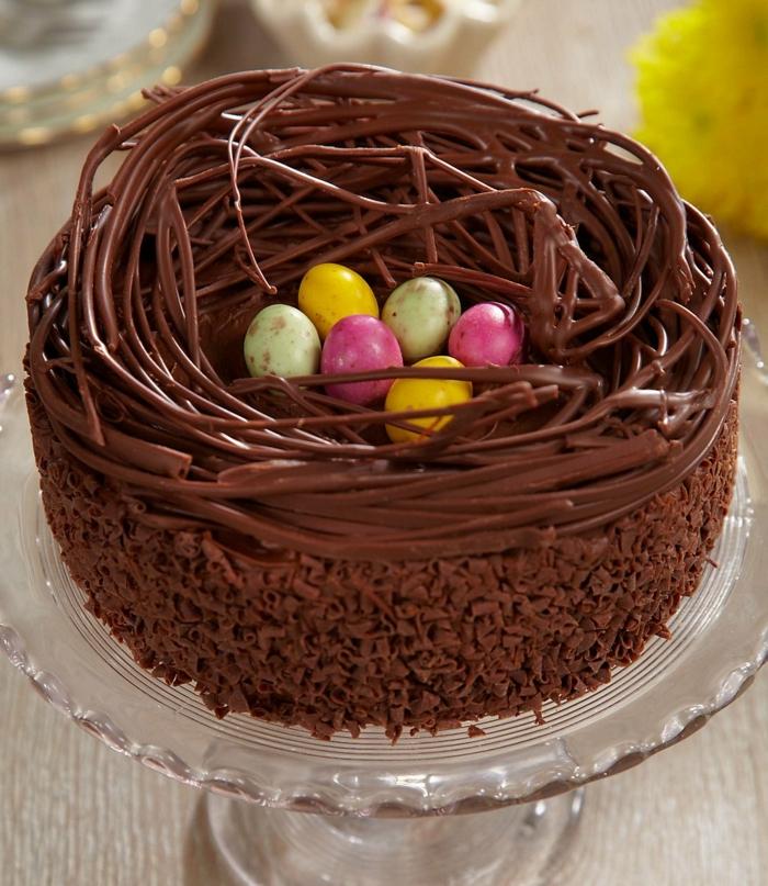 nid de paques, gateau au chocolat avec des oeufs sucrés au centre, chocolat imitant des branches arbre, idée repas de paques, dessert de paques