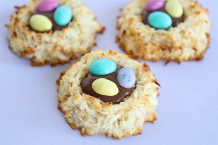 petits nids de paques, en coco, remplis de chocolat au lait et oeufs de paques sucrés, recette de paques
