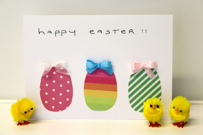 carte joyeuse paques, motif oeuf de paques coloré, rayures, et points, ruban rose, bleu et blanc, activité manuelle paques