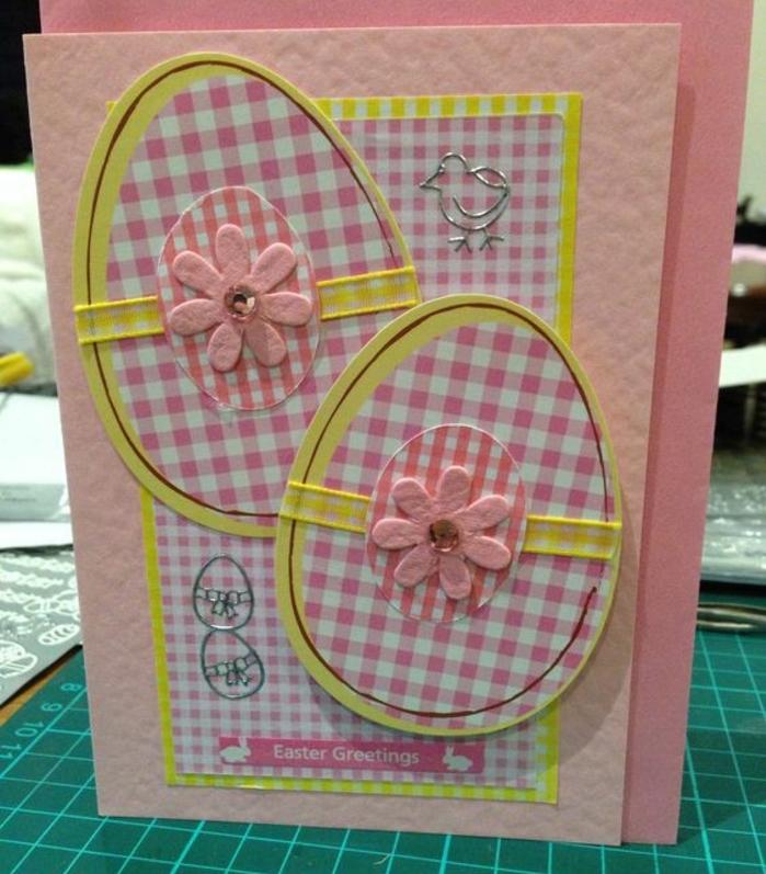 joyeses paques carte, oeuf de paques, tissu plaid, fleurs rose, carrte rose idée de carte de voeux originale à fabriquer pour sa mère